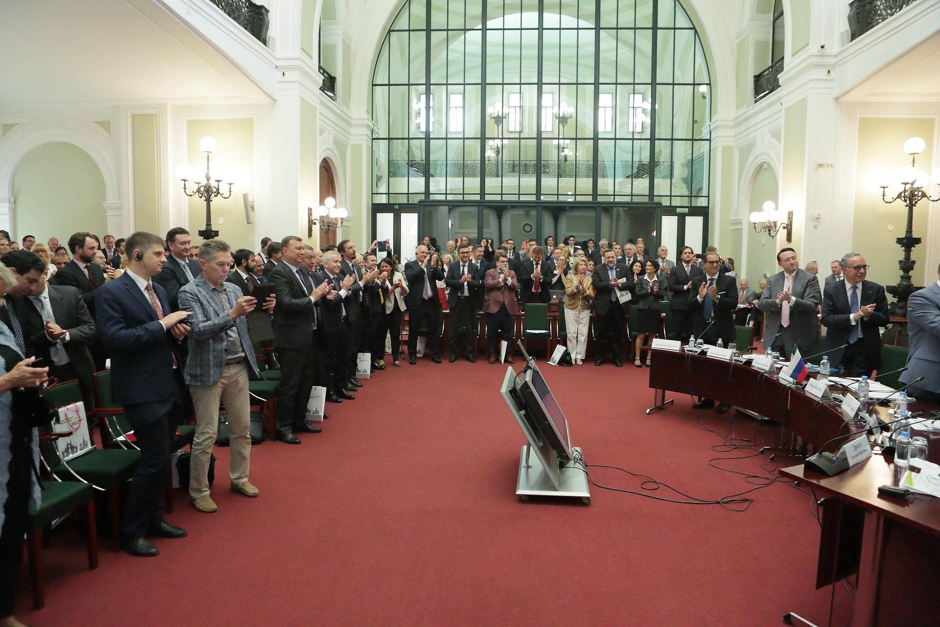 Applausi e standing ovation per salutare l'ex presidente della CCIR Rosario Alessandrello, che passa il testimone al neoeletto Vincenzo Trani