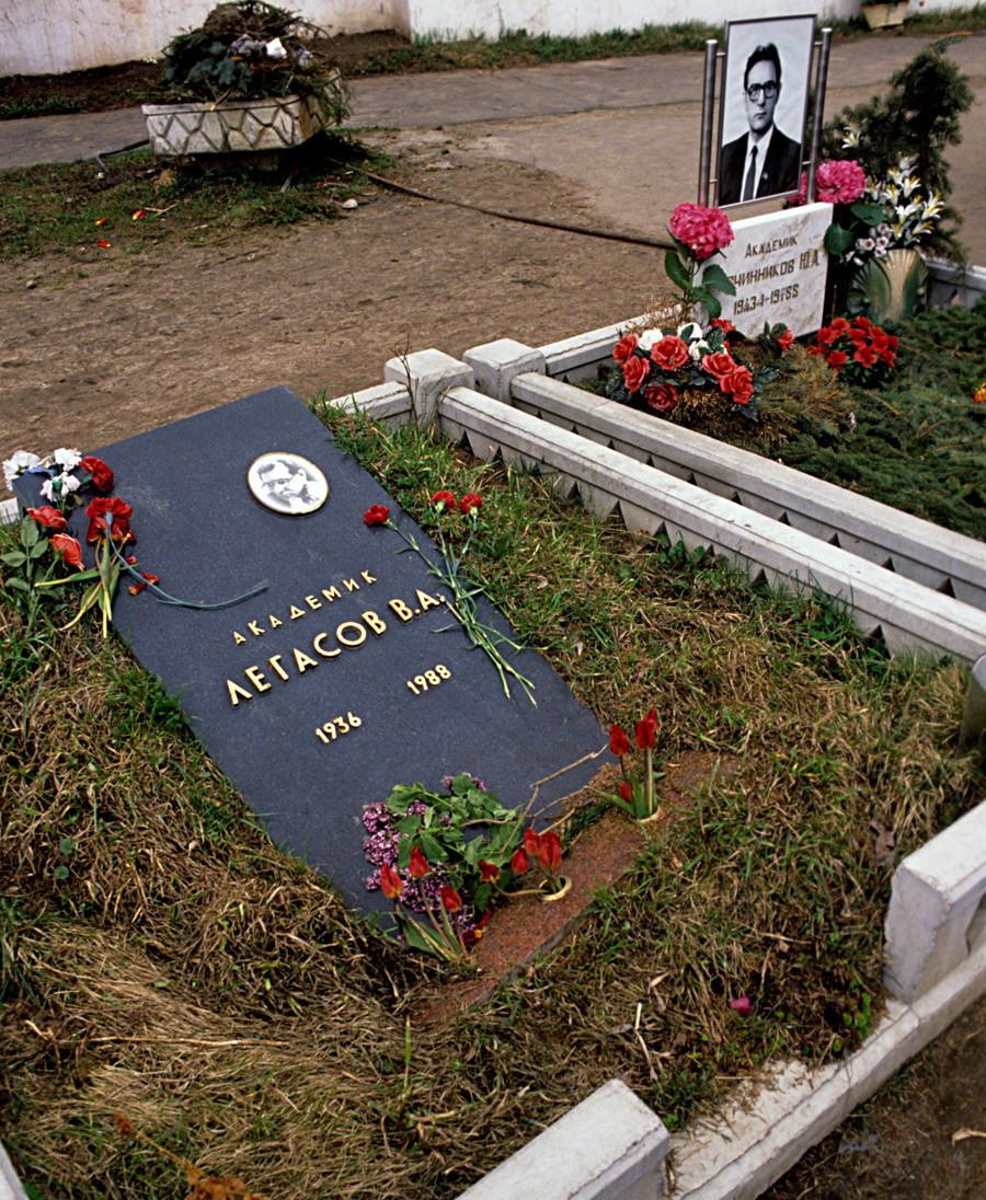 Гробът на Валери Легасов (1936-1988) на Новодевическото гробище в Москва. 1989 г.