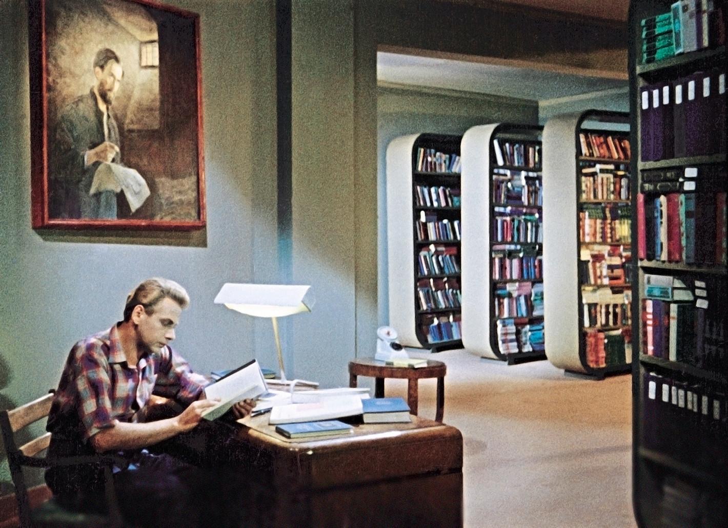 Ada banyak buku di USSR; secara paradoks, cukup sulit untuk mendapatkan yang sebenarnya ingin Anda baca.