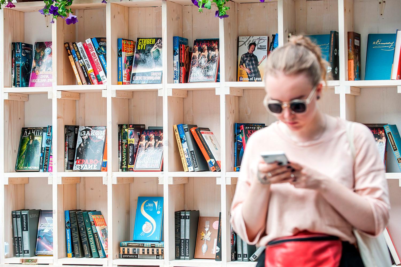 Saat ini di Rusia, seperti dibelahan dunia lainnya, orang-orang terlihat selalu teralihkan, termasuk dari membaca.