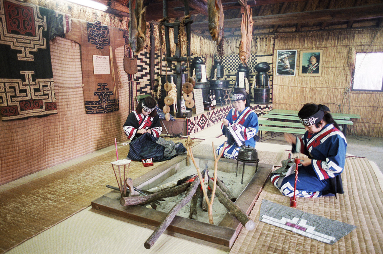 Аину, аутохтони житељи острва Хокаидо, у својој кући