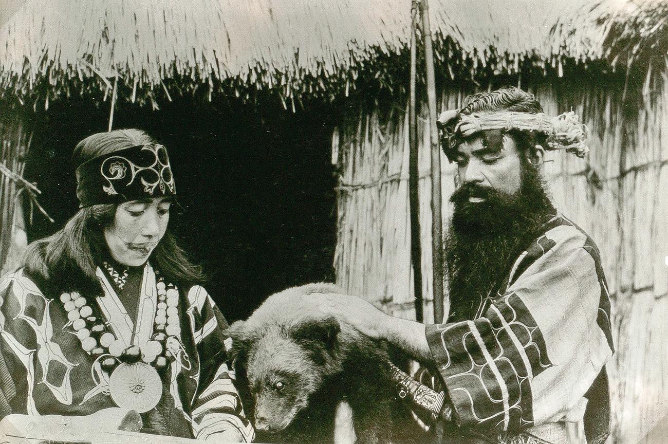 Брачни пар из народа Аину (жена има тетоважу на лицу).