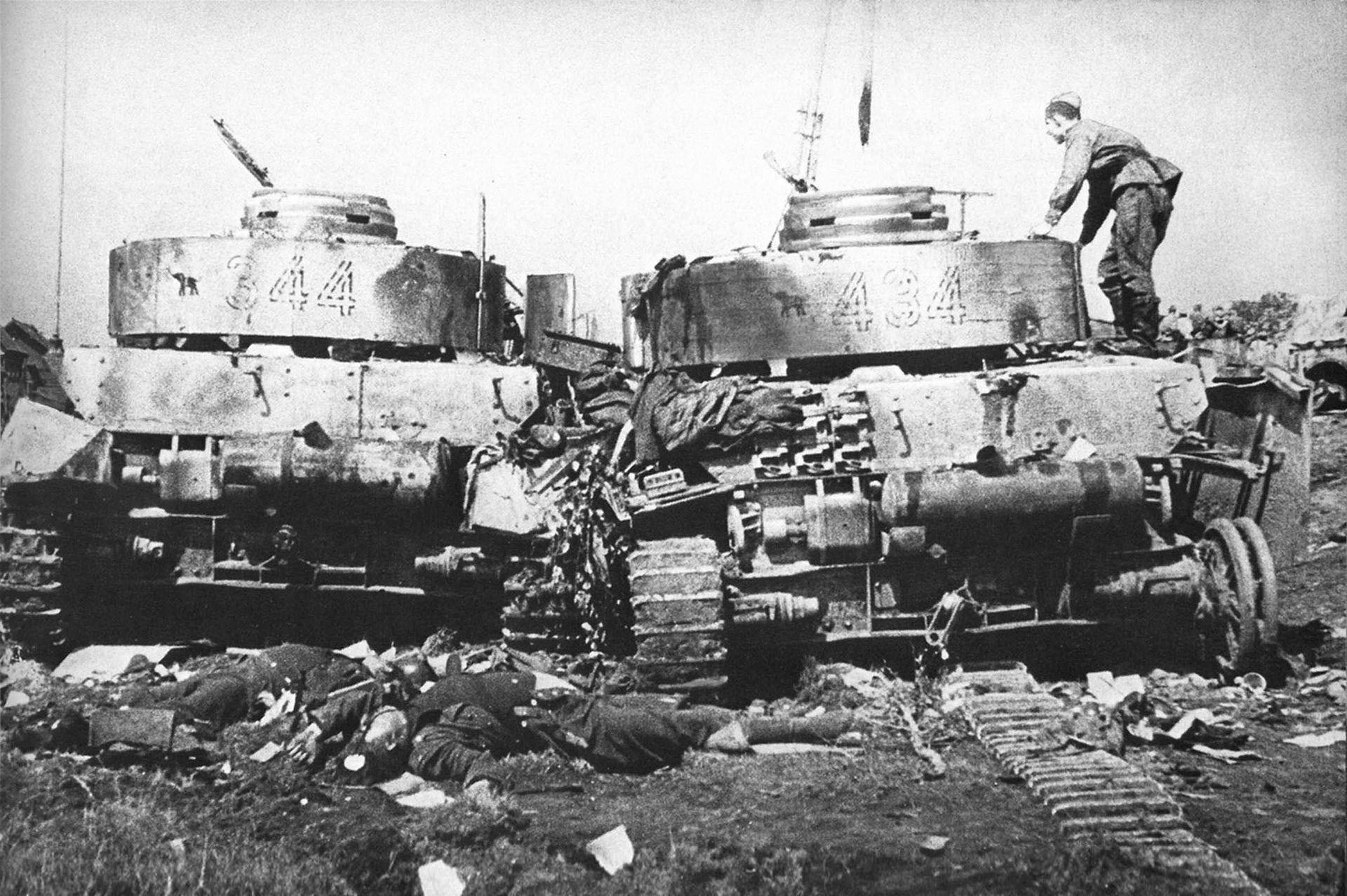 Совјетски војник на оштешћеном тенку Pz-4.