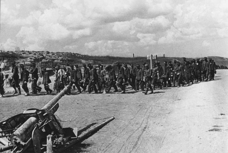 """Успешно остварен план операције """"Багратион"""", колоне заробљених фашистичких војника на путевима Белорусије."""