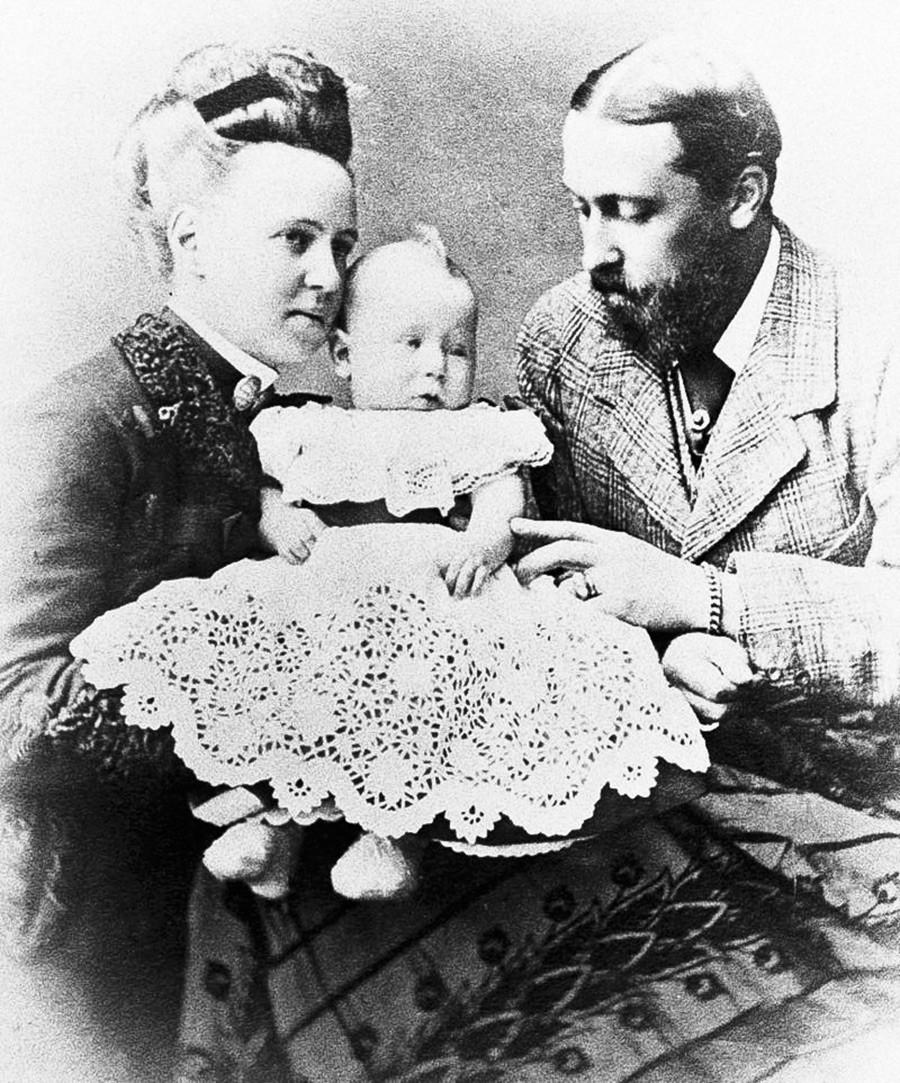 María Alexándrovna con su esposo duque Alfred y su hijo Alfred.