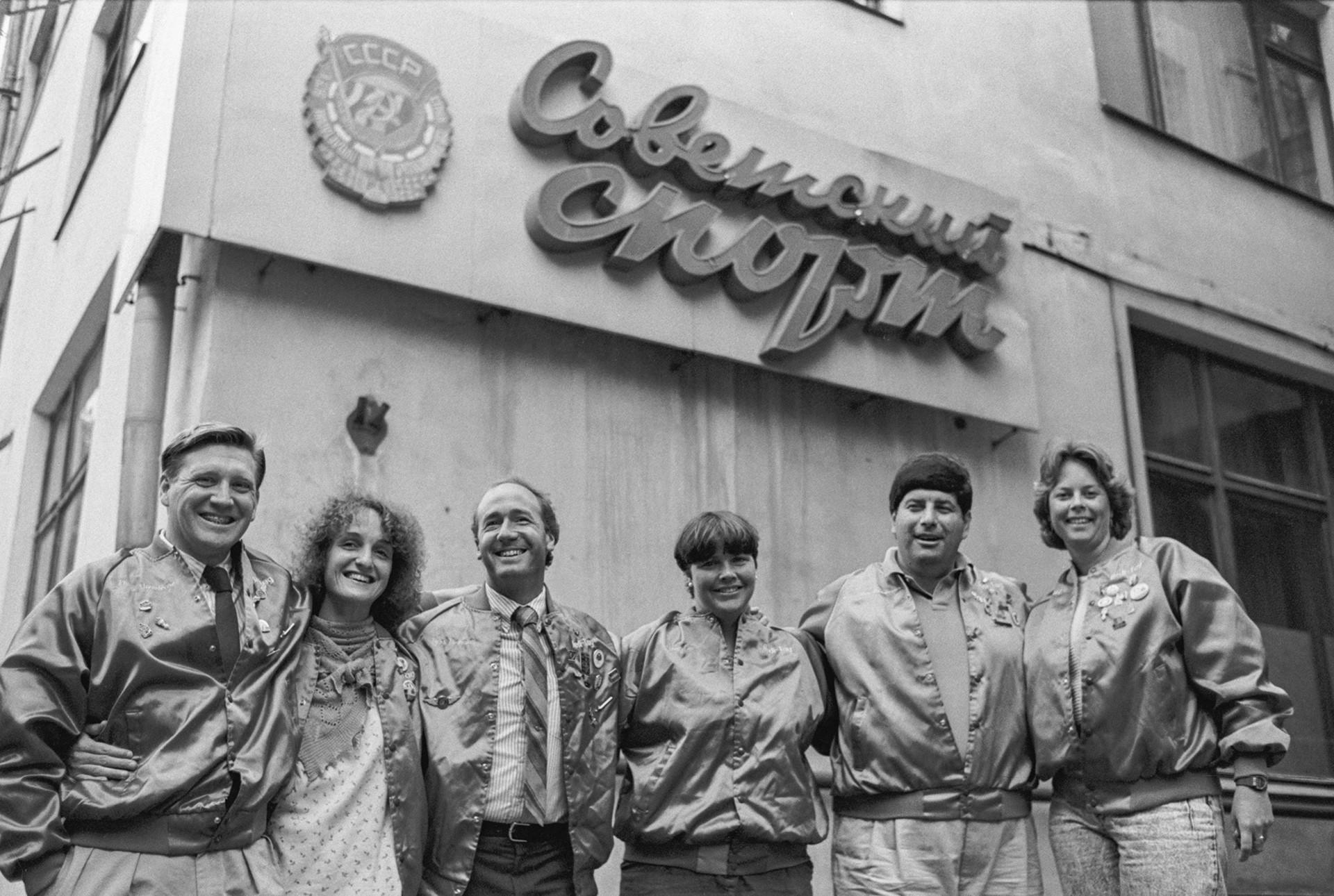 Лин Кокс (третата отдясно) и нейният екип пред сградата на редакцията на вестник