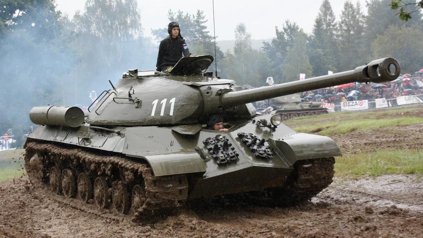 Tanque pesado IS-3 participando de um evento com tanques antigos