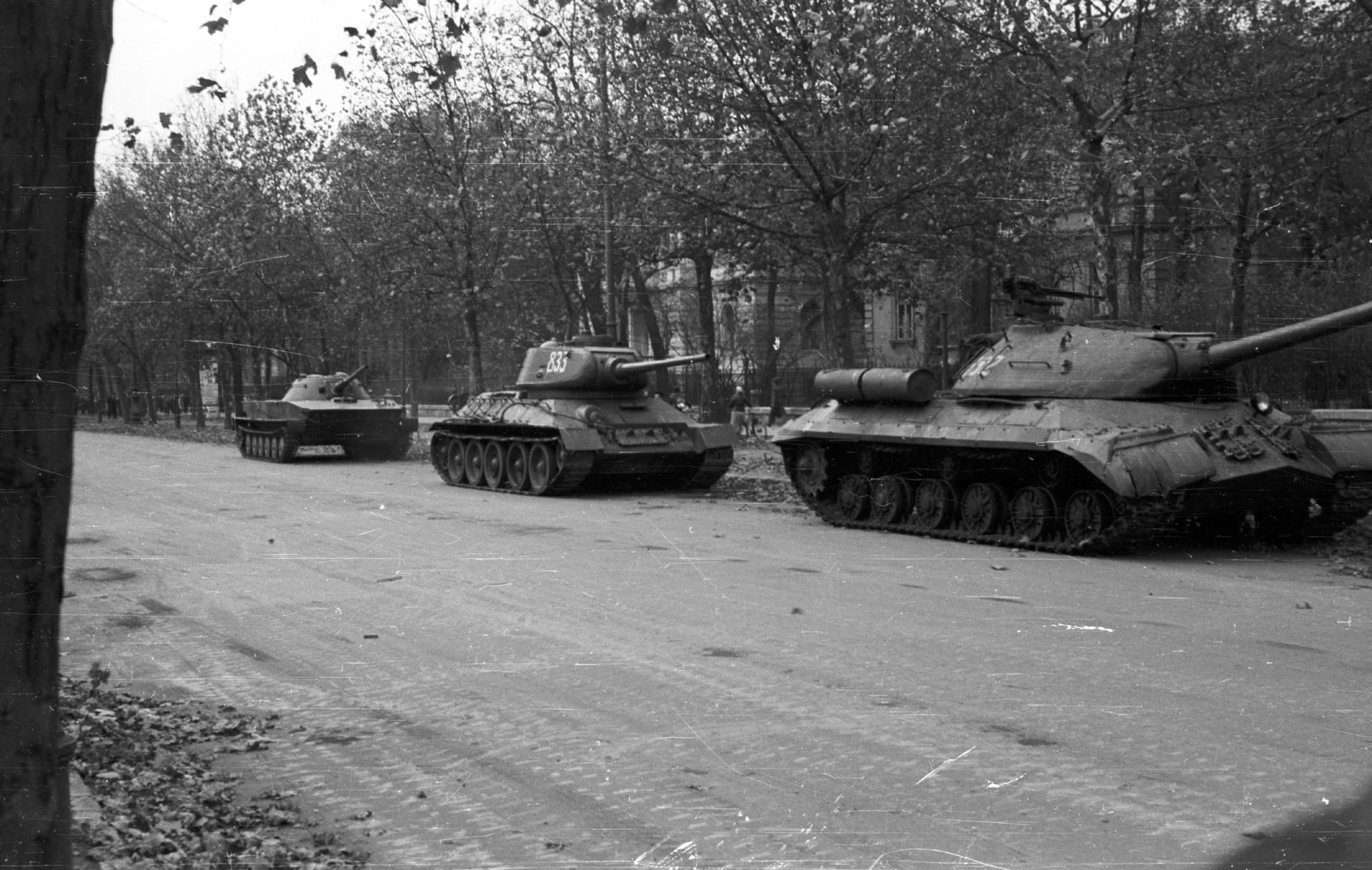 IS-3 (à direita) ao lado de outros blindados soviéticos