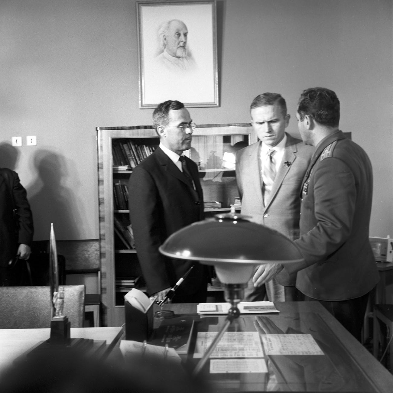 Летец-космонавтът на СССР Герман Степанович Титов (вдясно) и американският астронавт Франк Фредерик Борман (в центъра) в кабинета-музей на Юрий Гагарин. Център за обучение на космонавтите