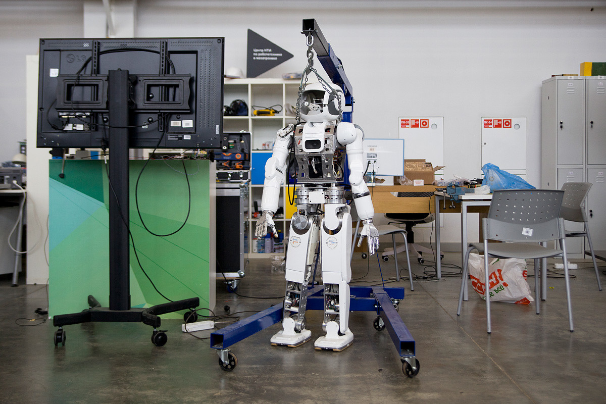 А это человекоподобный робот Арни, которого разработали в Центре НТИ при университете. Он уже может свободно передвигаться по комнате и ориентироваться в пространстве.