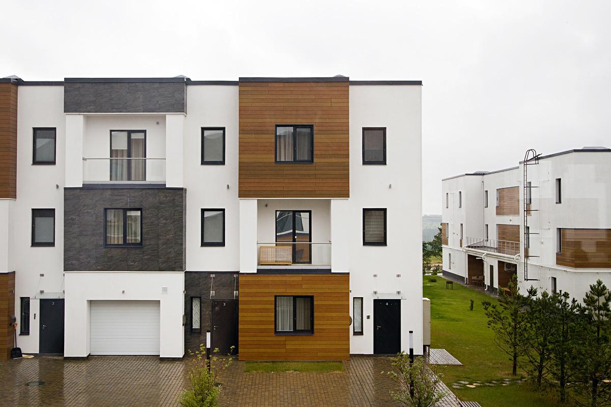 Жилой комплекс чем-то похож на скандинавские кварталы. Правда, на чьем-то балконе уже появился родной сердцу хлам.