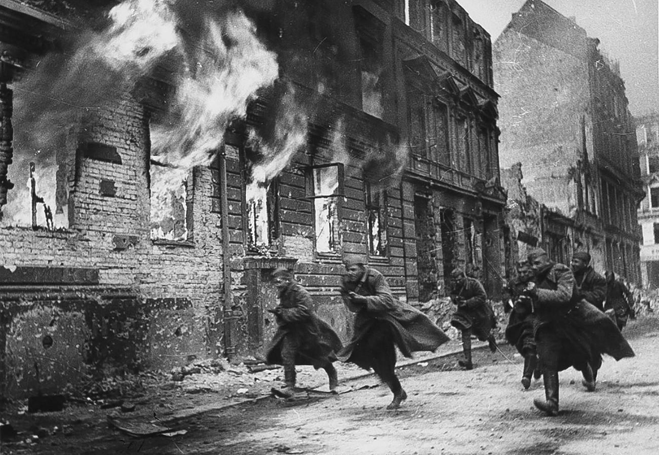 Soldados soviéticos lutando nas ruas de Berlim
