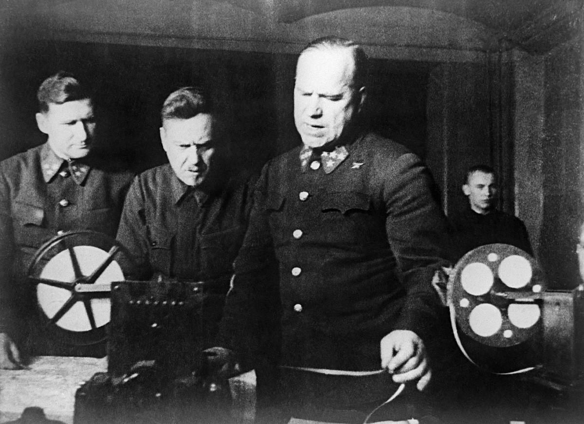 Великая Отечественная война 1941-1945 годов. Битва под Москвой. Штаб Западного фронта. Справа: командующий Западным фронтом генерал армии Георгий Жуков.