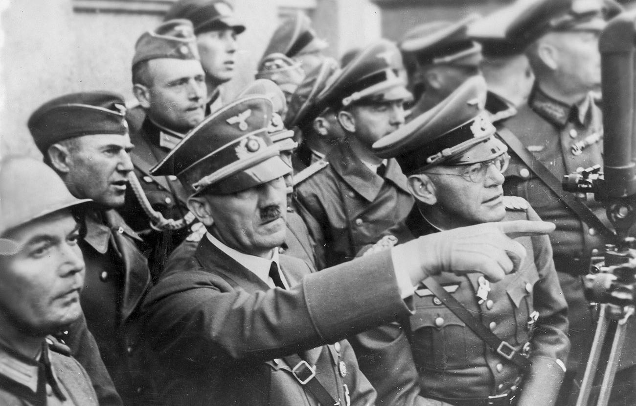 Адолф Хитлер међу војницима током борби за Варшаву.