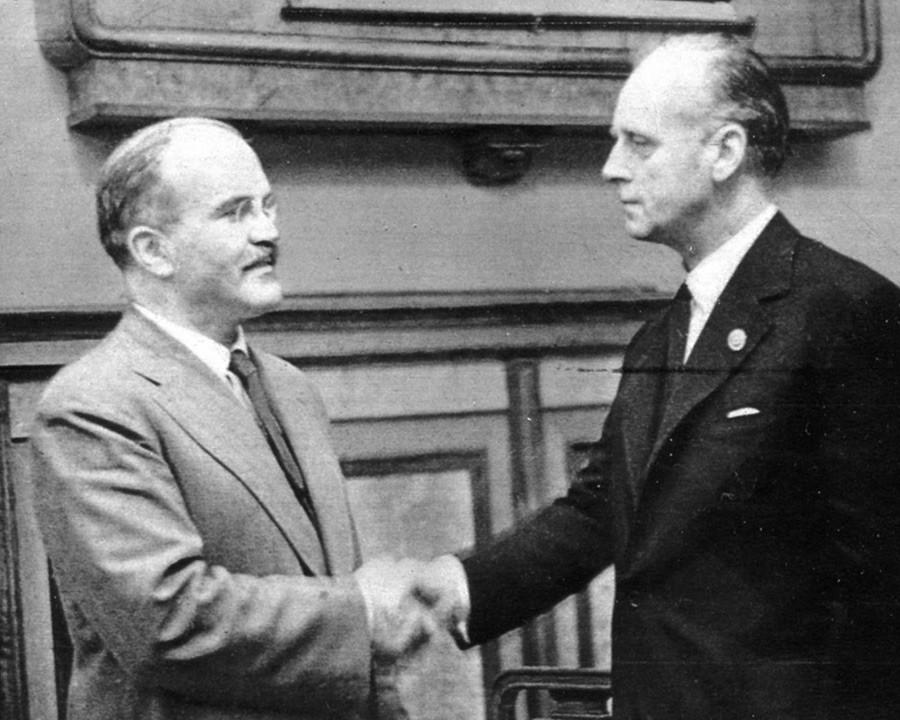 Народни комесар за спољне послове Совјетског Савеза В. М. Молотов (лево) и министар спољних послова Немачке Јоаким фон Рибентроп се рукују после потписивања споразума о пријатељству и граници између СССР-а и Немачке.