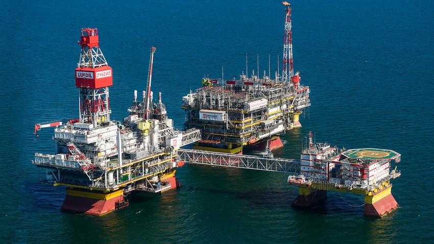 """Стационарна платформа компаније """"Лукойл"""" на налазишту нафте и гаса """"Владимир Филановски"""" у северном делу Каспијског мора."""