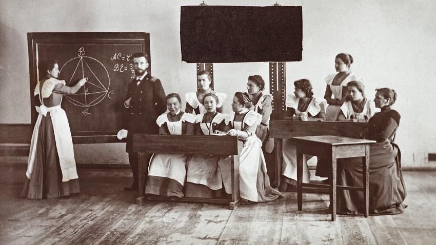 Aula de matemática no ginásio feminino da cidade de Sérpukhov.
