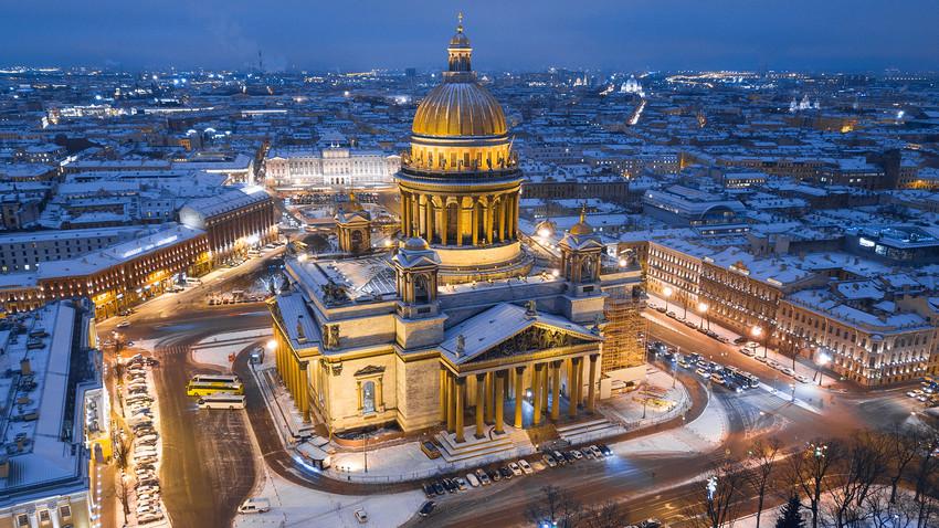 Cerkev sv. Izaka v zimskem času