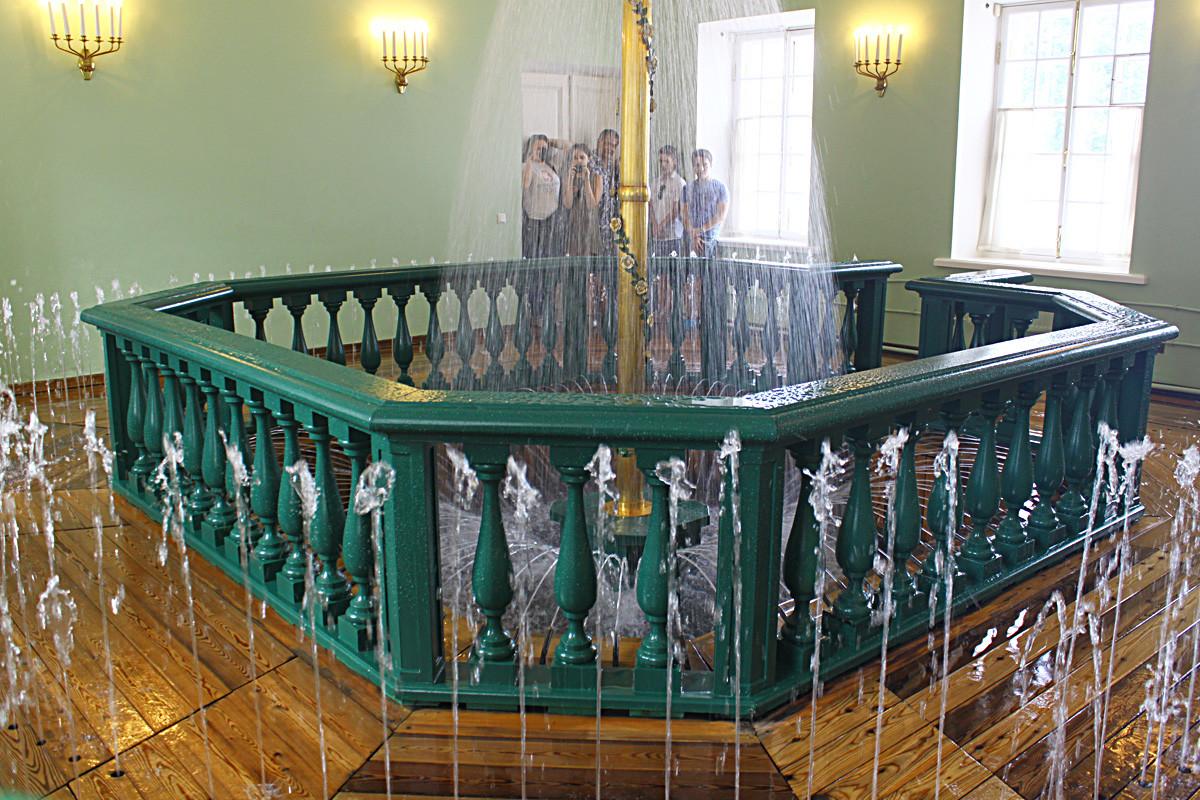 La fuente en los cuartos de baño en el Palacio Monplaisir