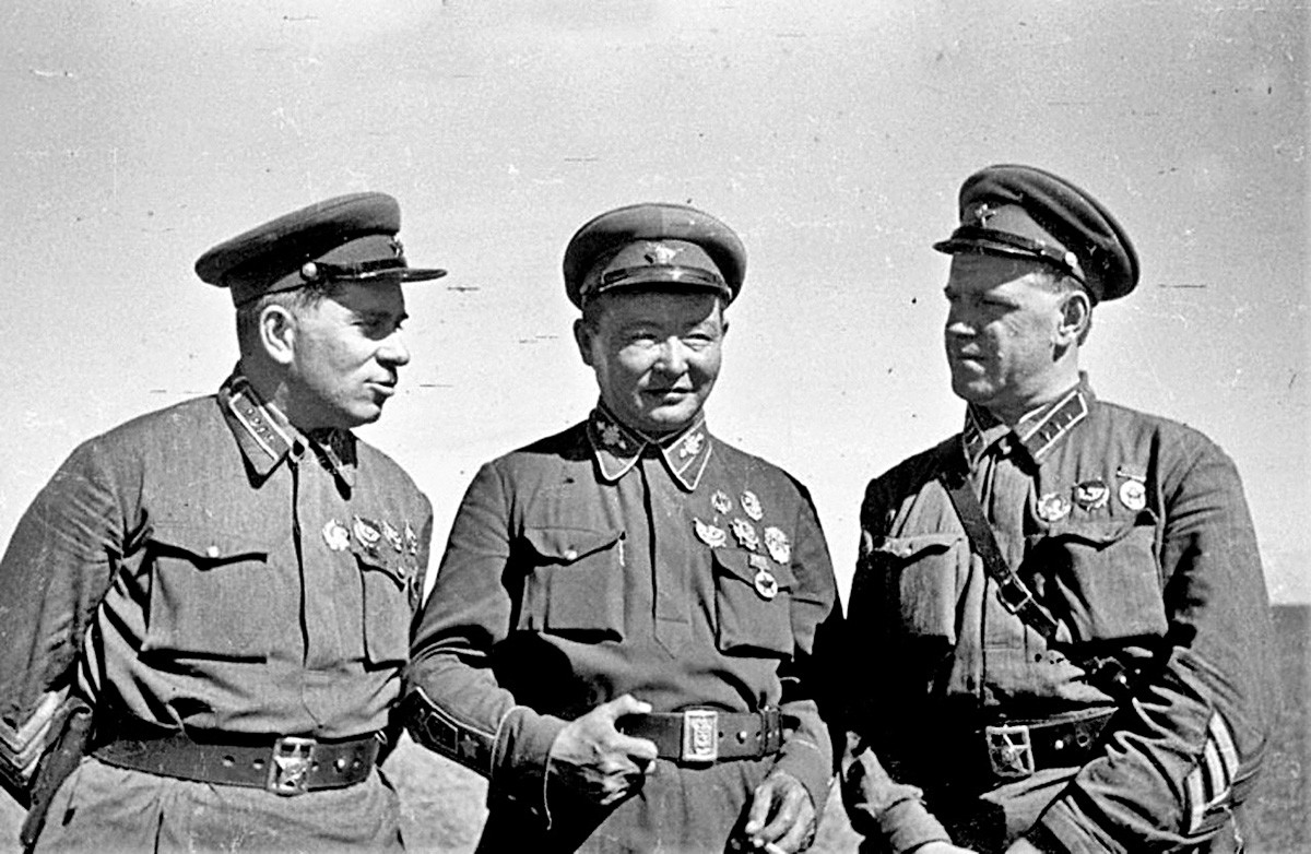 Командант друге класе Г. М. Штерн, маршал Монголске Народне Републике Х. Чојбалсан и командант корпуса Г. К. Жуков на командном положају Хамар Дабан, Халкин Гол 1939.