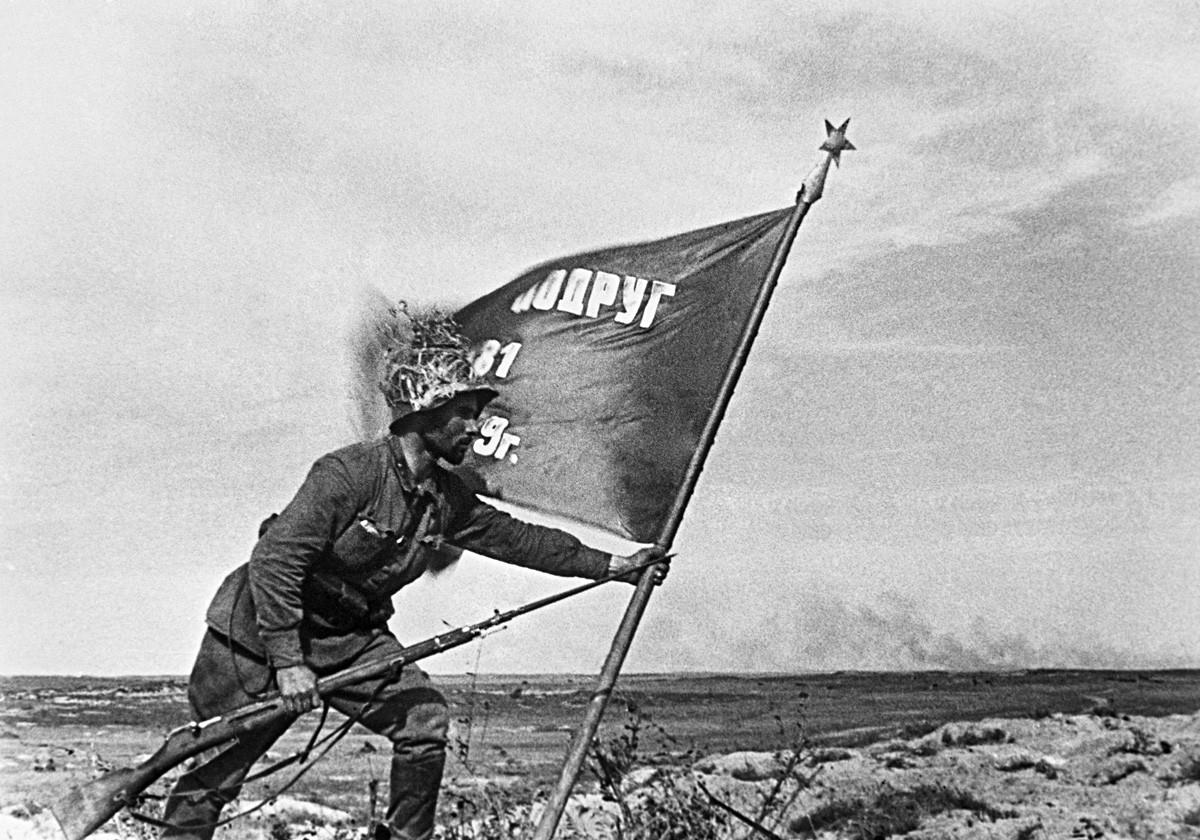 Советский офицер высаживает Штандарт в Ремизовом Кургане (место самых ожесточенных боев) во время битвы на Халхин-Голе.