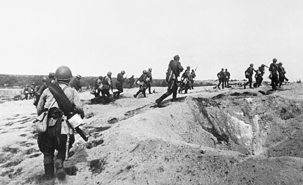 Бойцы Красной армии идут в штурм во время боев на Халхин-Голе.