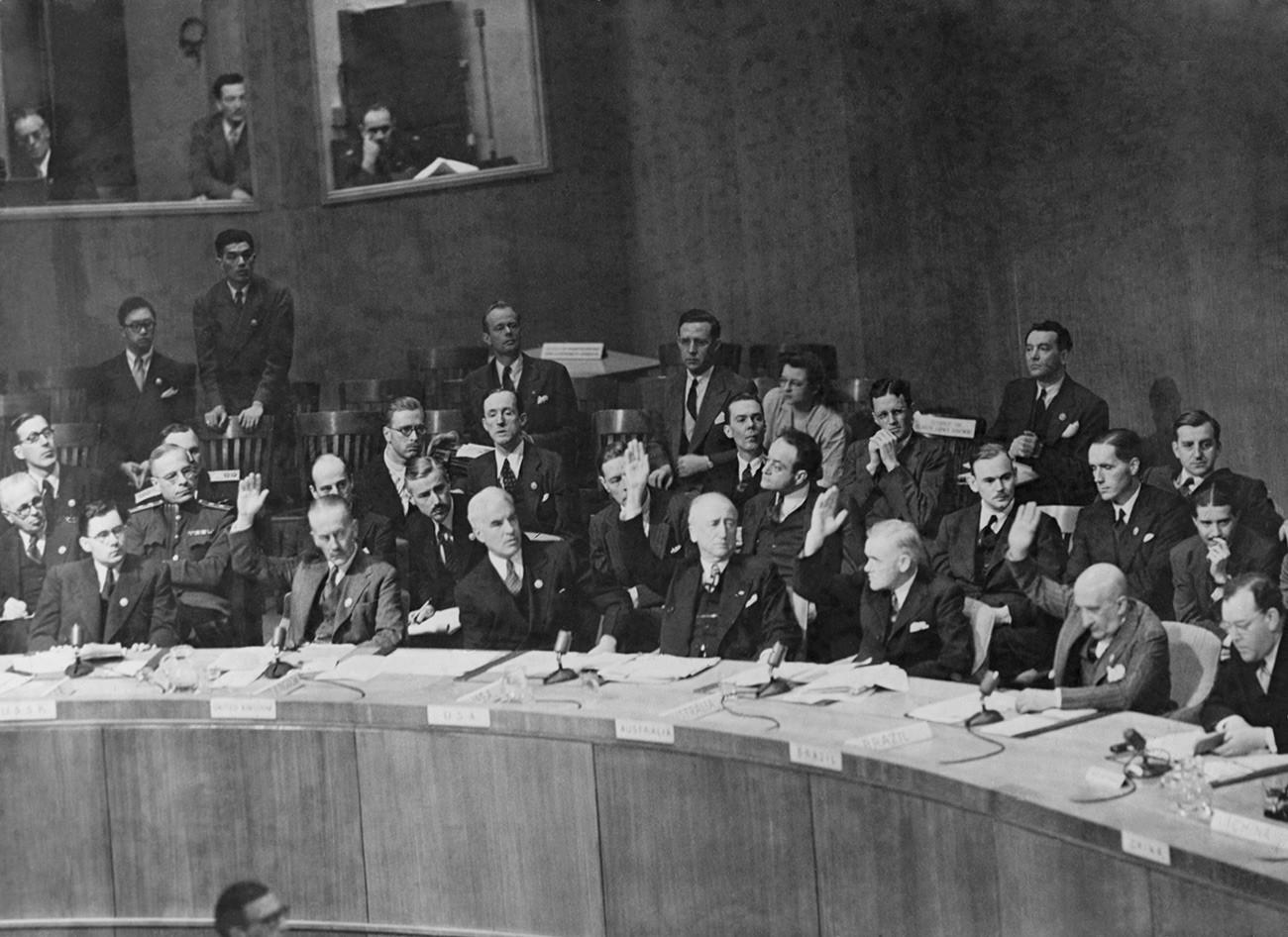 Совет Безопасности ООН голосует за дальнейшее обсуждение вопроса о споре между Ираном и Советским Союзом по Азербайджану.