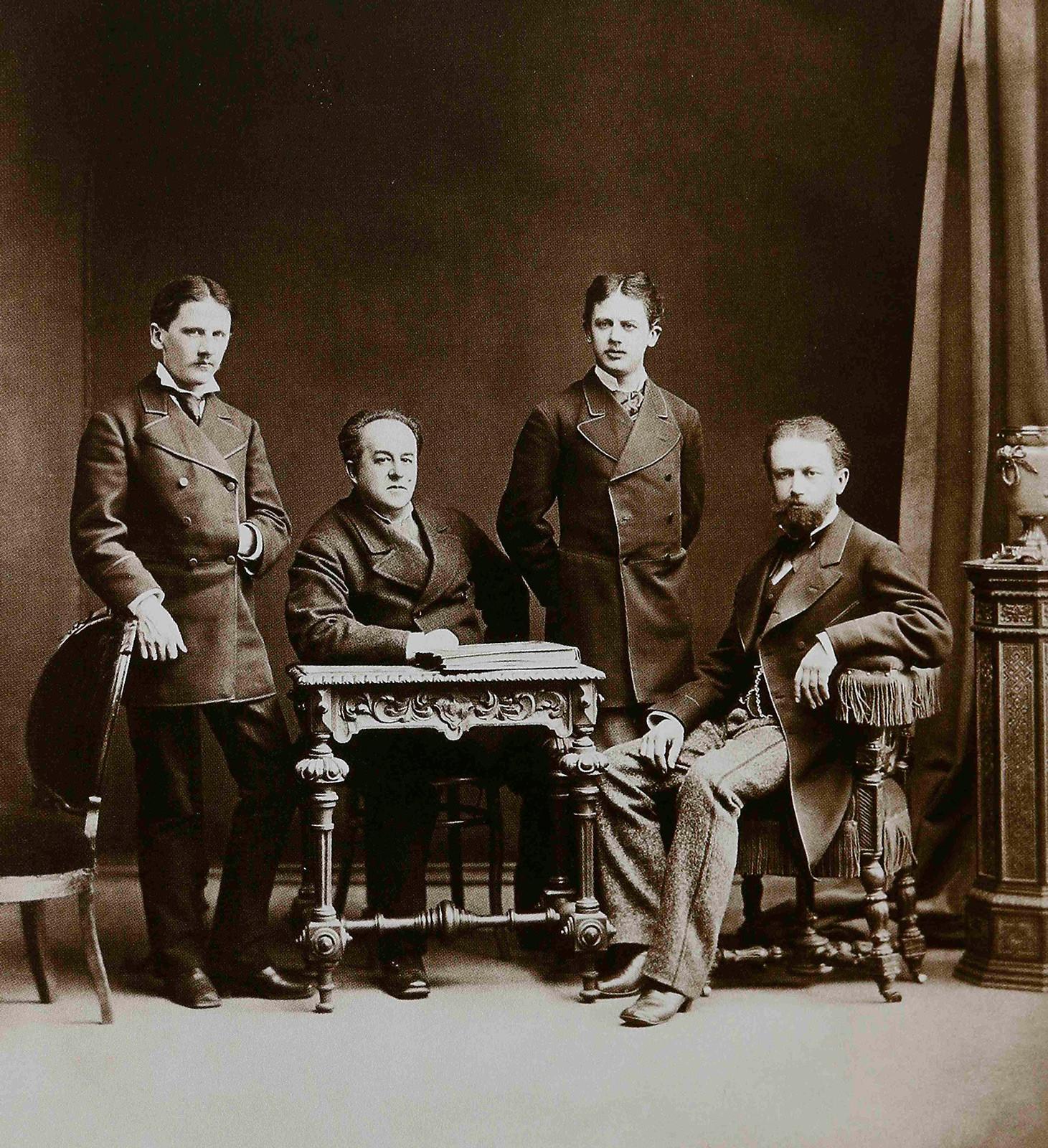 Петар Иљич Чајковски (десно) са својом браћом Модестом и Анатолијем и Н. Д. Кондратјевом, 1875.