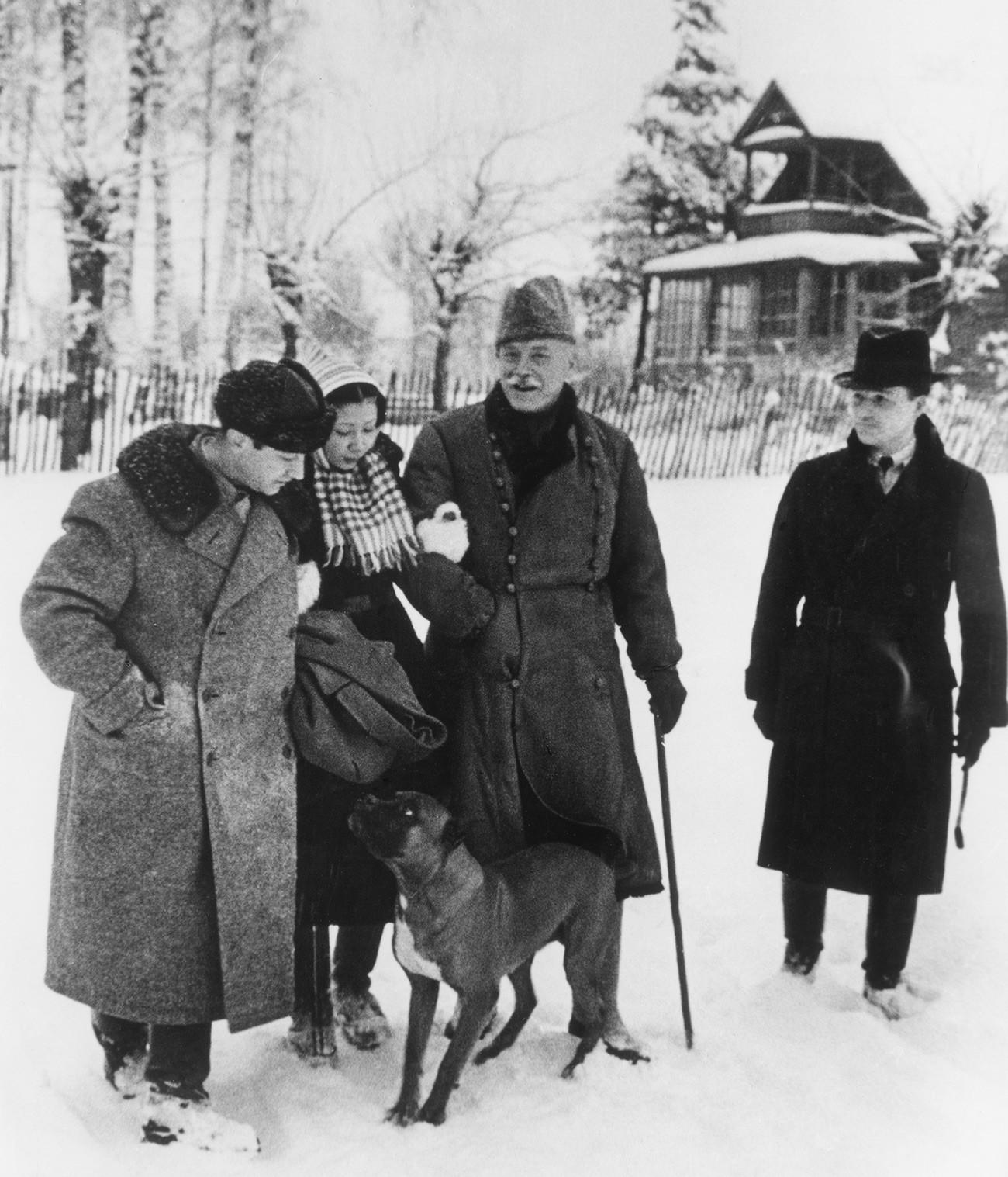 Verner von der Schulenburg (in the center) in Moscow.