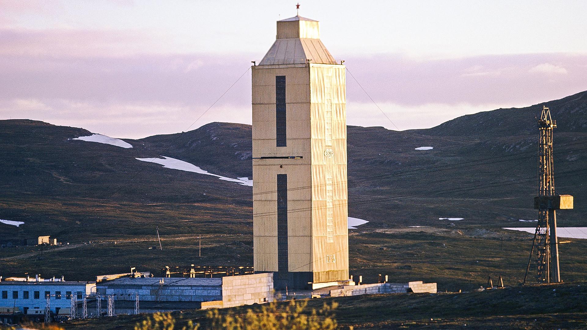 Централни торањ над Колском ултрадубоком бушотином 1970-их