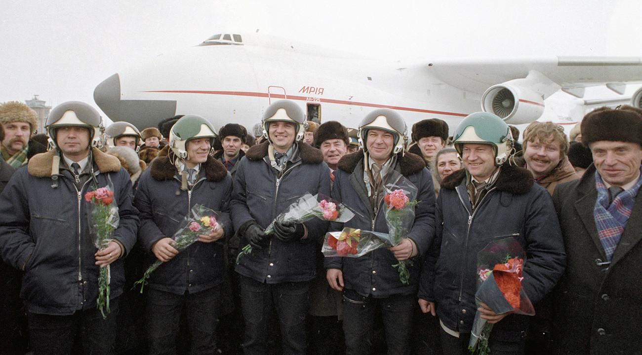 Авиаторы принимают поздравления и цветы после успешного завершения первого испытательного полета
