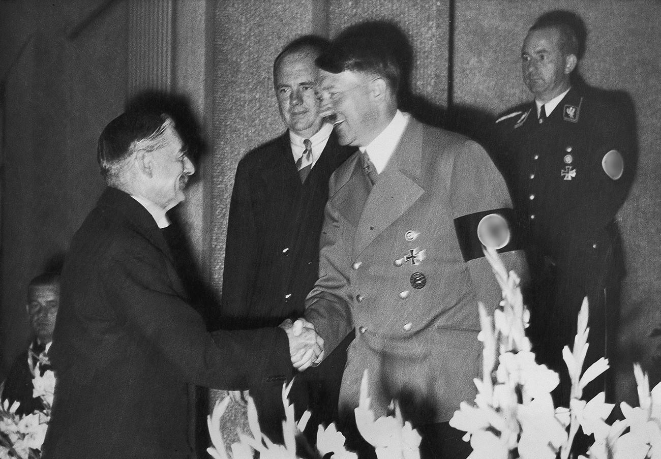 Адолф Хитлер се рукује са британским премијером Невилом Чемберленом, са којим се састао 22. септембра 1938. године да размотри питање немачке окупације Судетске области.