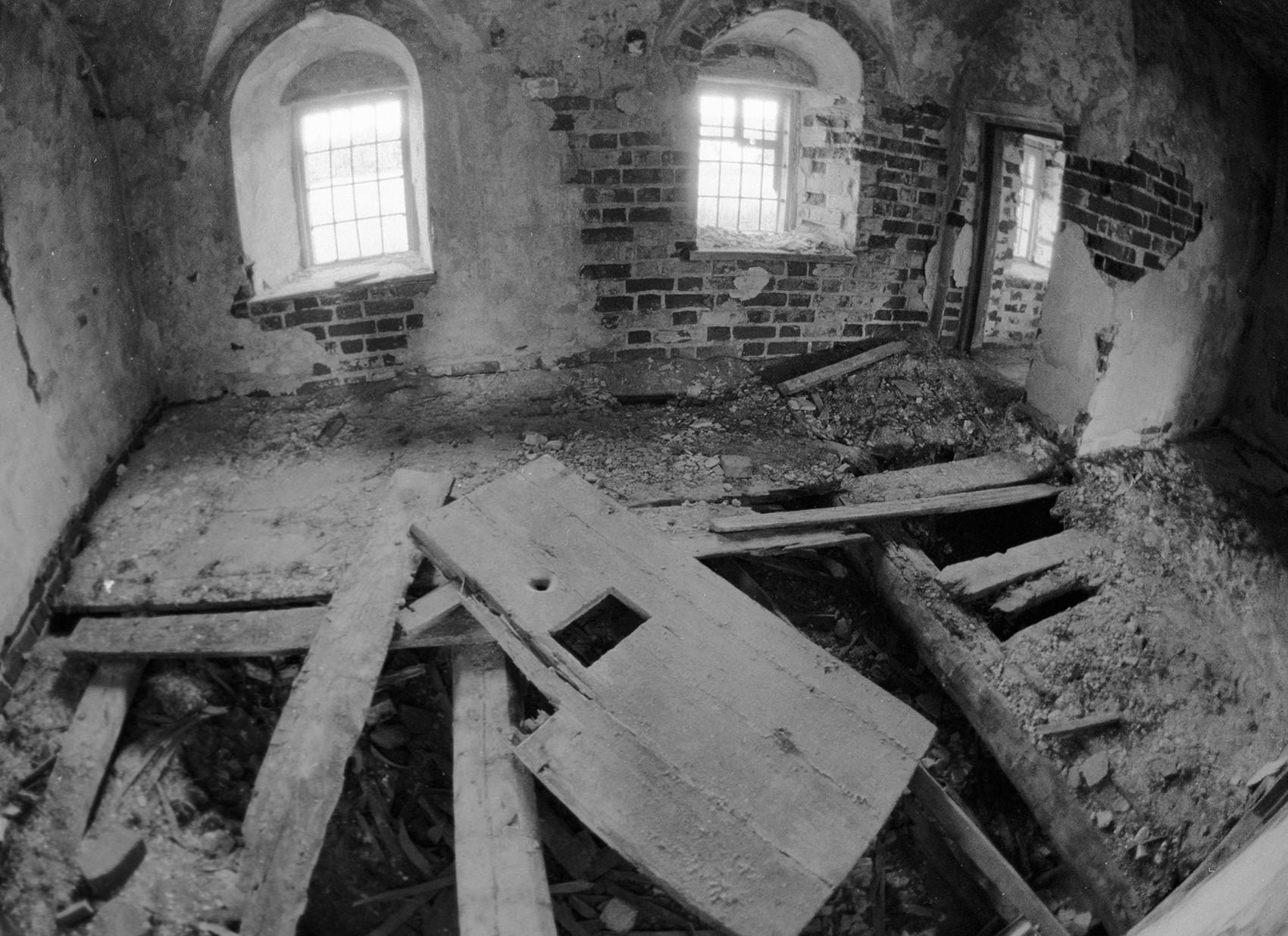 Cela de prisão em uma igreja.