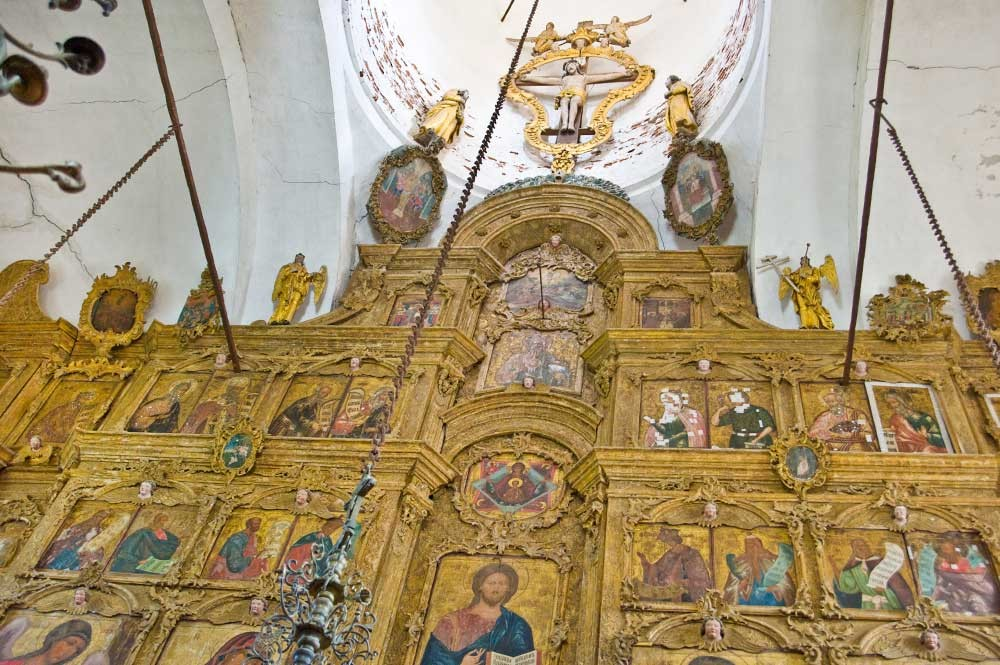 Belozersk. Church of the Dormition. Upper rows of icon screen. Photo: August 2009