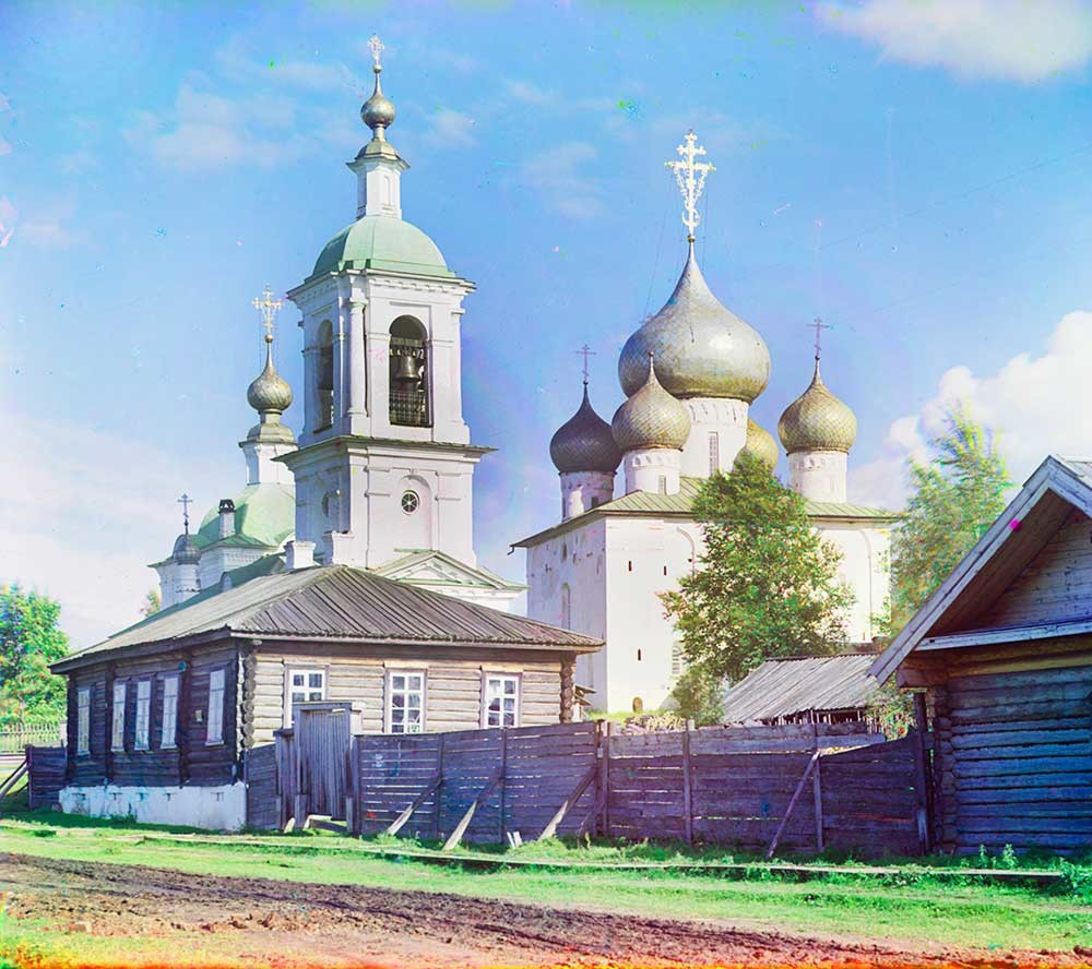 Belozersk. Bell tower & Epiphany Church (left); Church of the Dormition. Northwest view. Foreground: Parish house & enclosed yard. Photo: Summer 1909