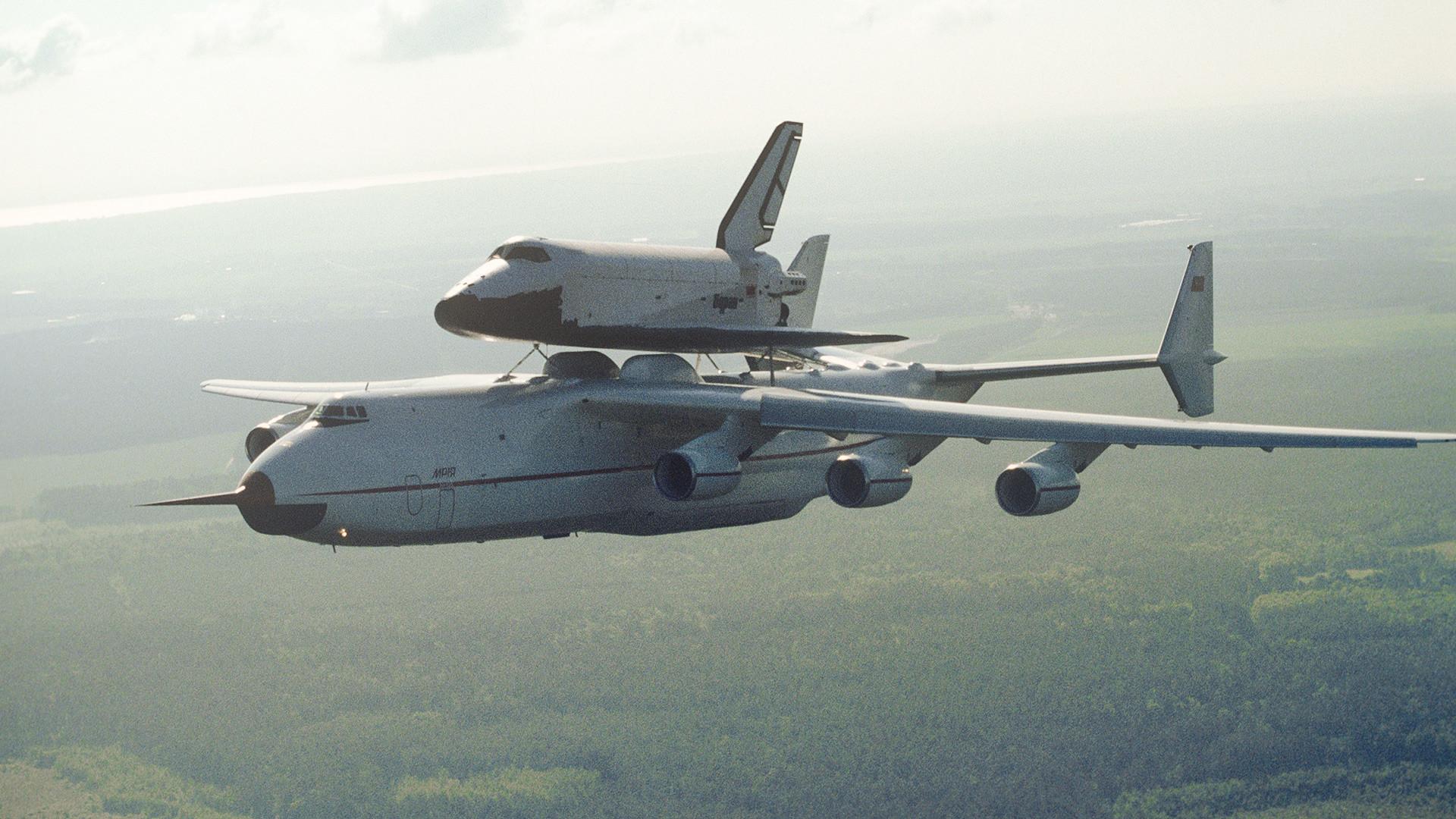 Tovorno letalo An-225 z vesoljskim plovilom Buran med poletom iz Bajkonurja v Kijev