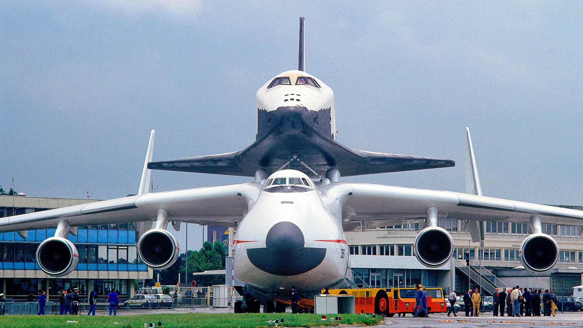 Antonov An-225 Mriya Cossack ditarik mobil penarik dan pendorong pesawat di Paris Airshow 1989 dengan pesawat ulang-alik Buran Soviet di punggungnya.