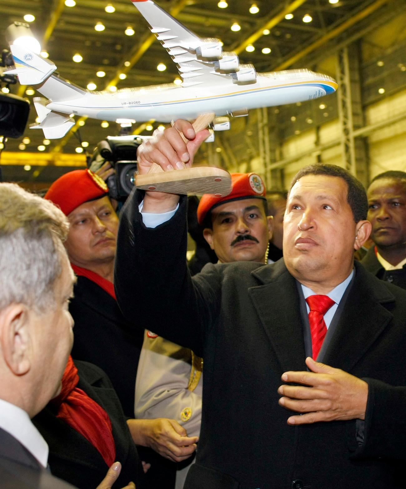 Presiden Venezuela Hugo Chavez memegang model pesawat Antonov An-225 Mriya dalam kunjungannya ke pabrik Antonov di Kiev, 18 Otober 2010.