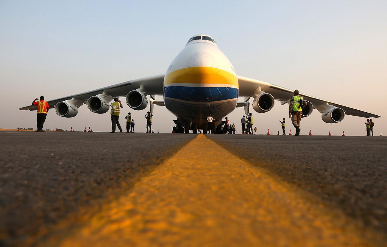 AN-225 Mriya mendarat untuk pemberhentian teknis di bandara Internasional Rajiv Gandhi di Hyderabad, India.