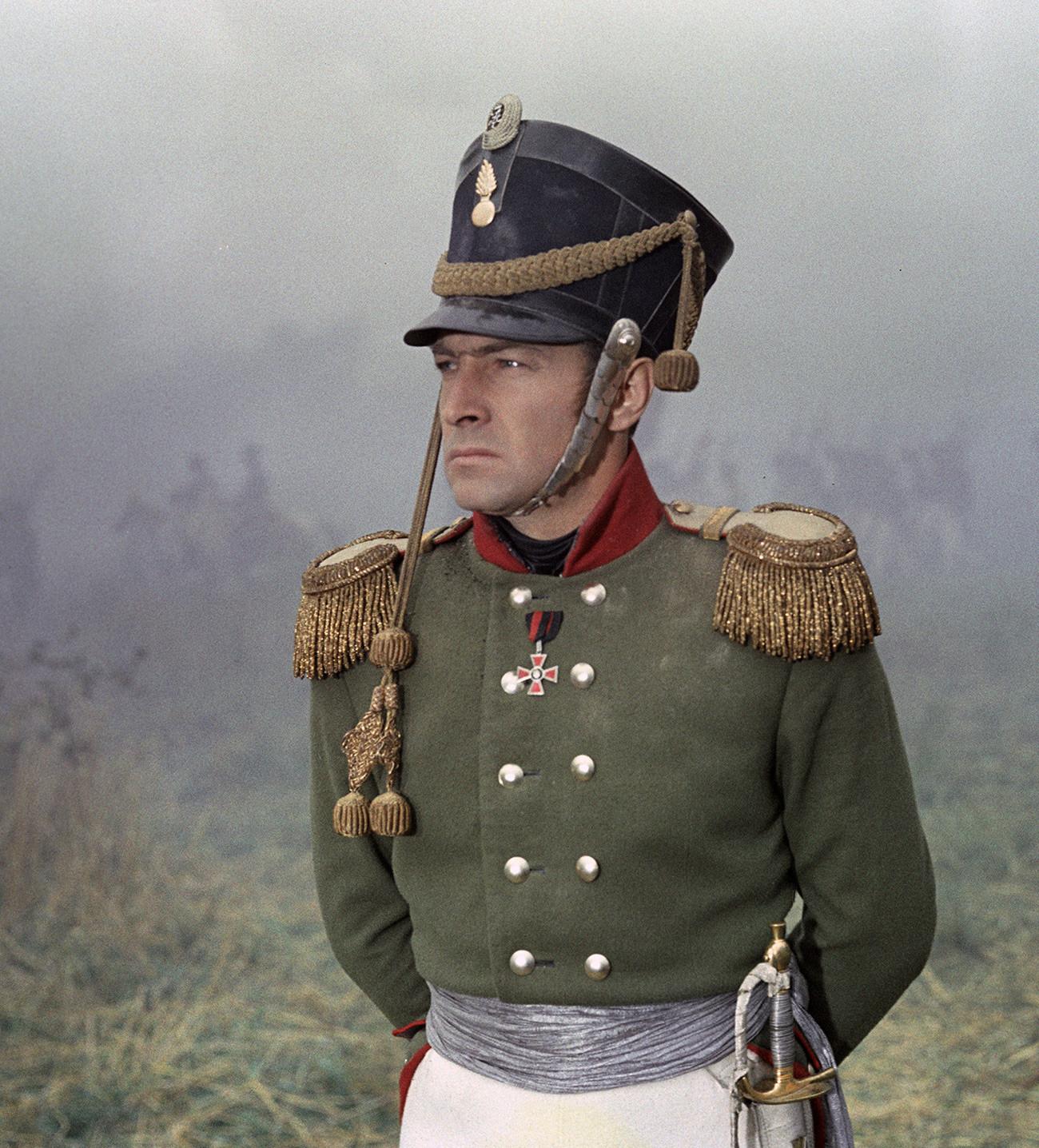 """O ator Viatchesláv Tíkhonov como Andrêi Bolkônski em cena de """"Guerra e Paz""""."""