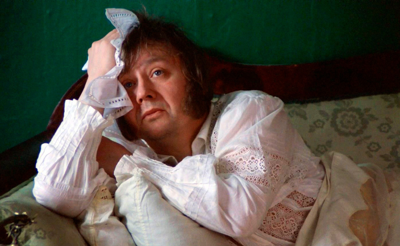 Olég Tabakóv no papel de Iliá Oblómov em cena de filme baseado na obra de Gontcharóv.