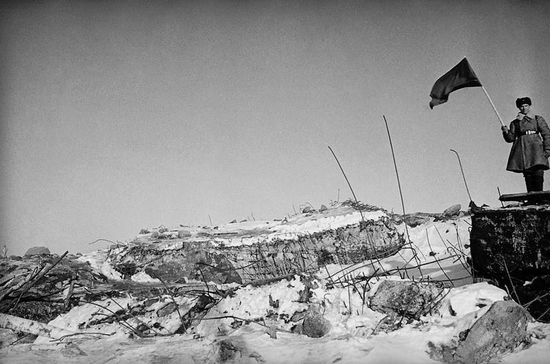 """Фински бункер уништен со советска хаубица Б-4. Поради смесата на бетон и арматура кои остануваа од бункерот, советските војници ја нарекоа """"Карелиски скулптор"""""""
