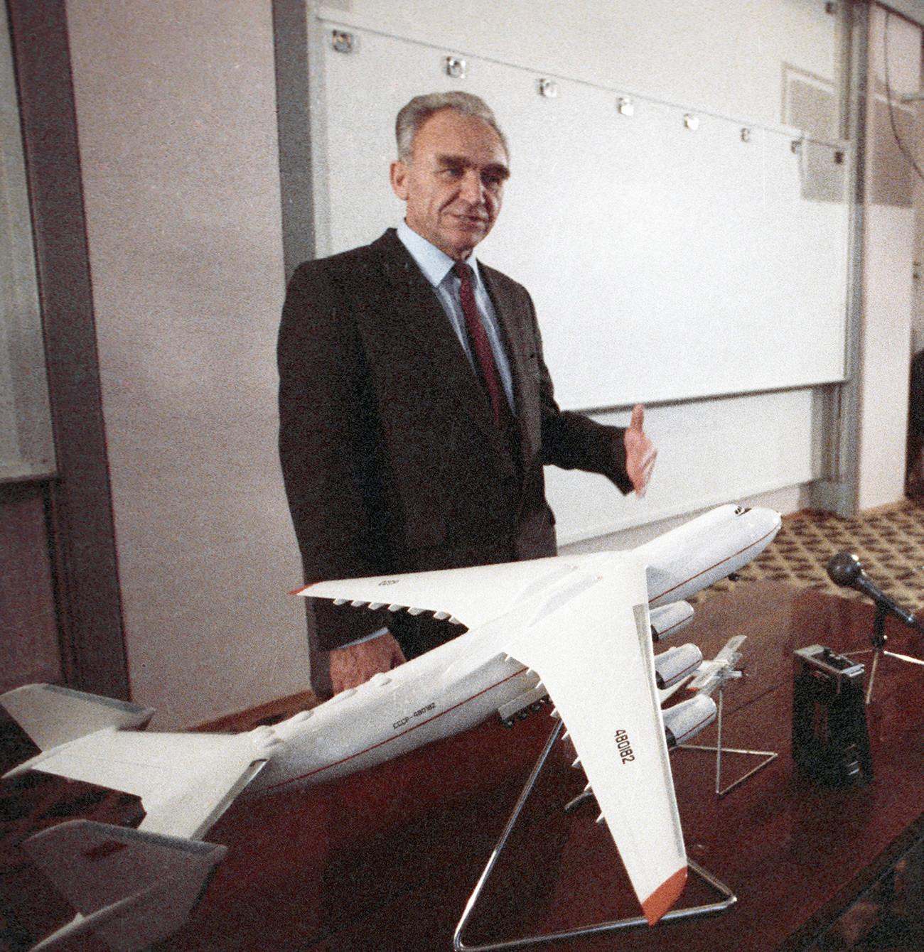 Diseñador de aviones general Piotr Balabúiev con una maqueta del Mriya.