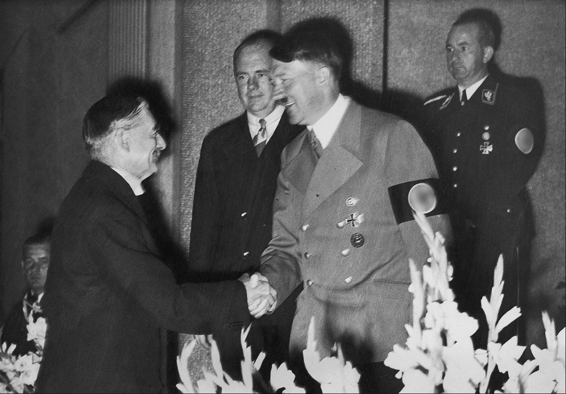 Adolf Hitler se rokuje z britanskim premierjem Nevillom Chamberlainom (1938)