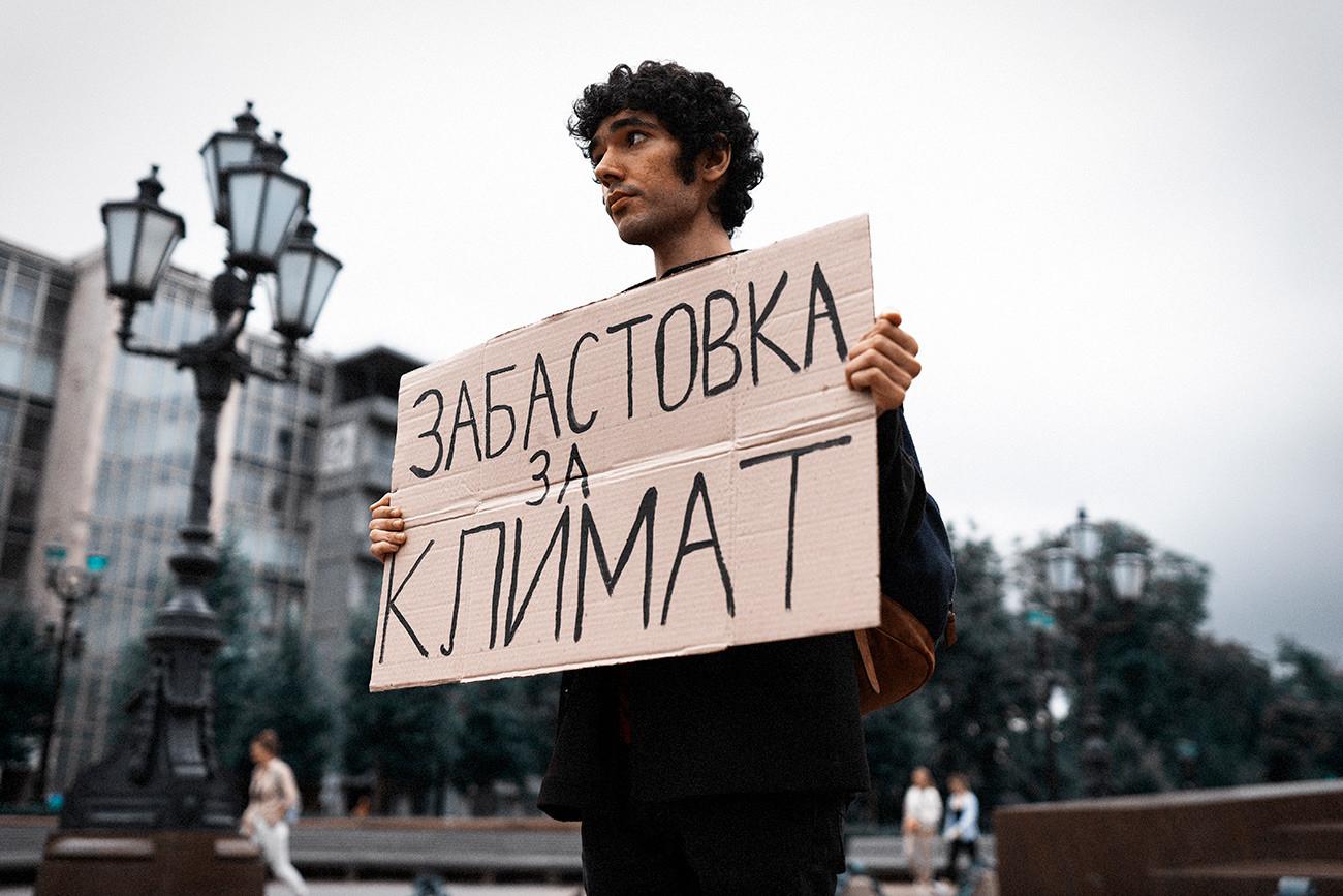 Arshak Makichyan melakukan aksi Pemogokan untuk Iklim seorang diri.