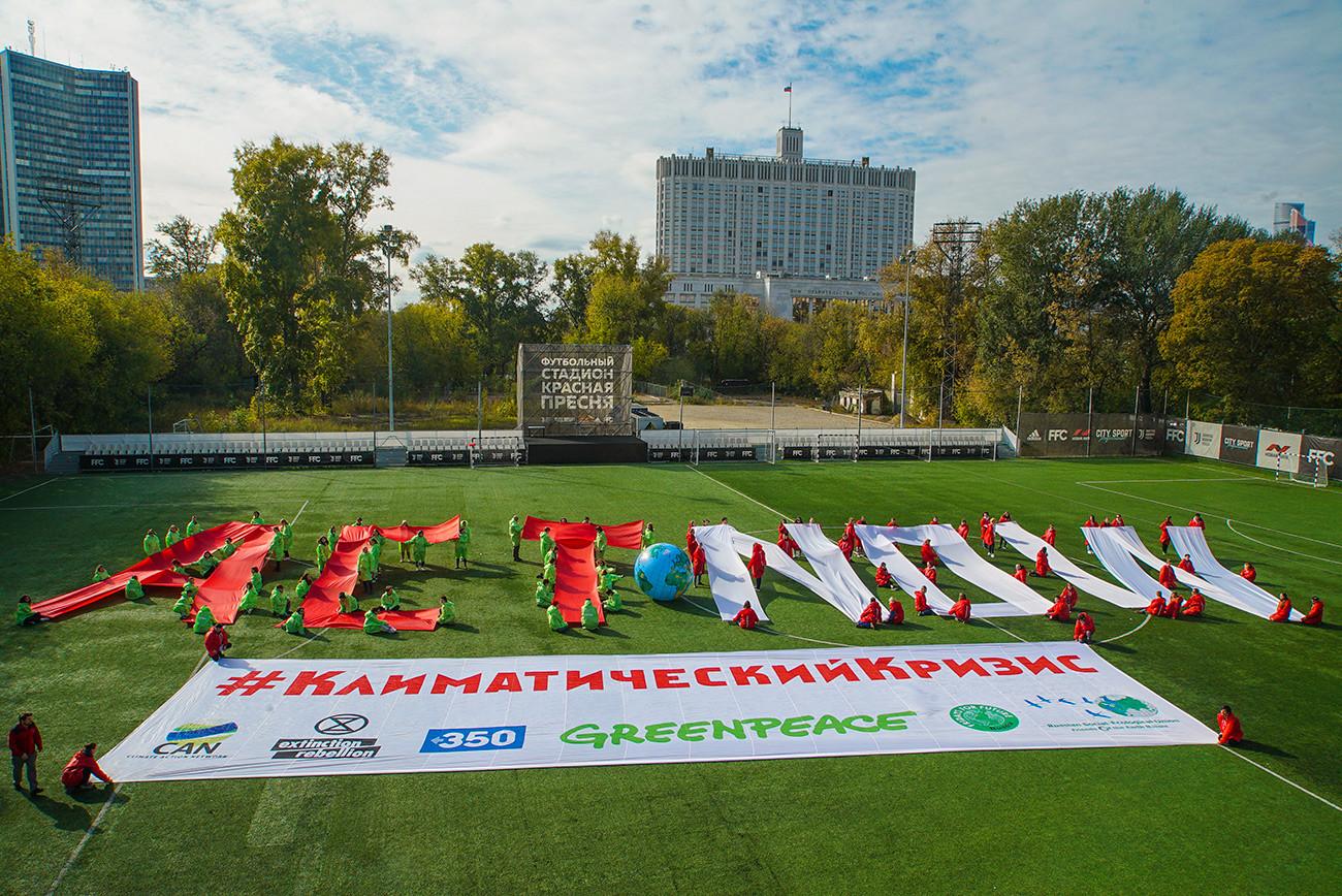Aksi Green Peace Rusia tak jauh dari Gedung Pemerintah Federasi Rusia atay dikenal sebagai Gedung Putih Rusia (pada latar kanan).