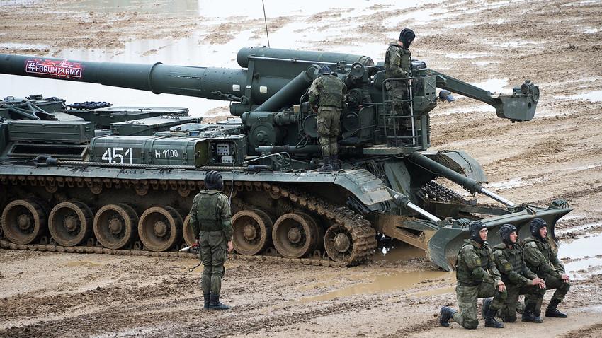 """Военнослужещи на 2С7 """"Пион"""" по време на шоу в рамките на """"АРМИ-2017"""", Московски окръг"""