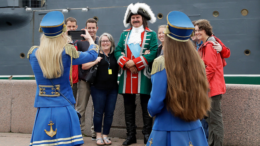 Туристи позирају испред крстарице Аурора током Светског фудбалског првенства 2018. године, Санкт Петербург, Русија, понедељак, 9. јул 2018.