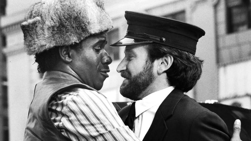 """Glumac Robin Williams kao Vladimir Ivanoff i Cleavant Derricks kao Lionel Witherspoon na setu filma """"Moskva na Hudsonu"""" 1984. godine"""