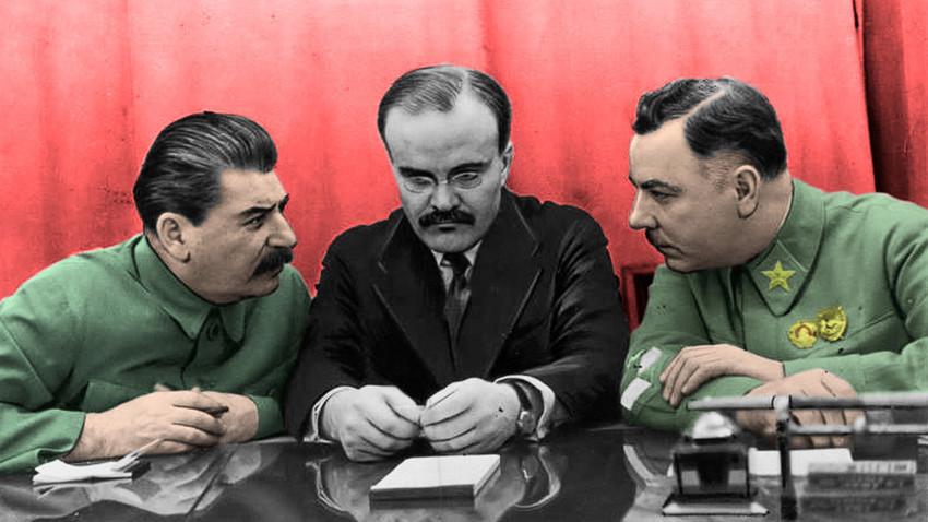 Secretário-geral do Partido Comunista da União Soviética Ióssif Stáiln, Ministro de Relações Exteriores da URSS Viacheslav Molotov e Ministro da Defesa da URSS Kliment Vorochilov